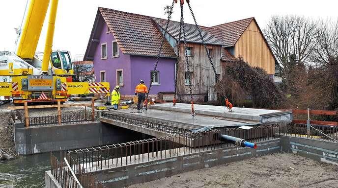 Diese Woche wurde das erste Beton-Fertigteil an der Mühlbachbrücke gesetzt.