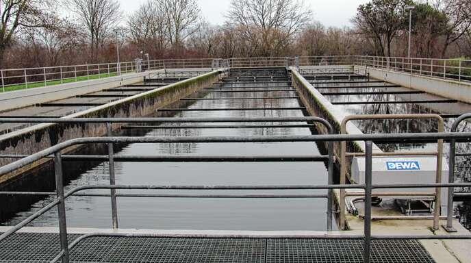 Das Nachklärbecken 2 (Mitte) des Abwasserzweckverbands Sasbachtal soll für 90000 Euro saniert werden.
