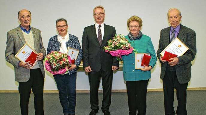 Verleihung der Bürgerehrennadel in Ottenhöfen (von links): Hans Fischer, Hildegard Steimle, Bürgermeister Hans-Jürgen Decker, Irmgard Sackmann und Gerhard Köninger.