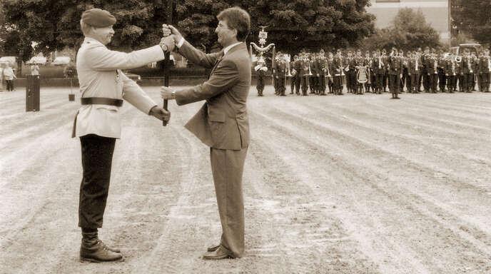 Abschlussappell Flaggenübergabe Major Peter Roth an OB Köstlin am und 15. Mai 1993.
