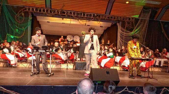 Mit Perücken und schräger Kleidung betraten manche Mitglieder des Altenheimer Musikvereins beim Jahreskonzert die Bühne – dem »tierischen« Motto entsprechend.