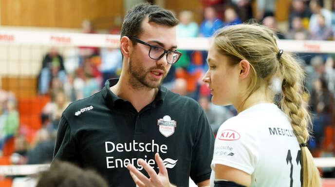VCO-Trainer Florian Völker (l.), hier im Gespräch mit Leonie Amann, strebt mit seiner Mannschaft den 14. Sieg im 14. Saisonspiel an.