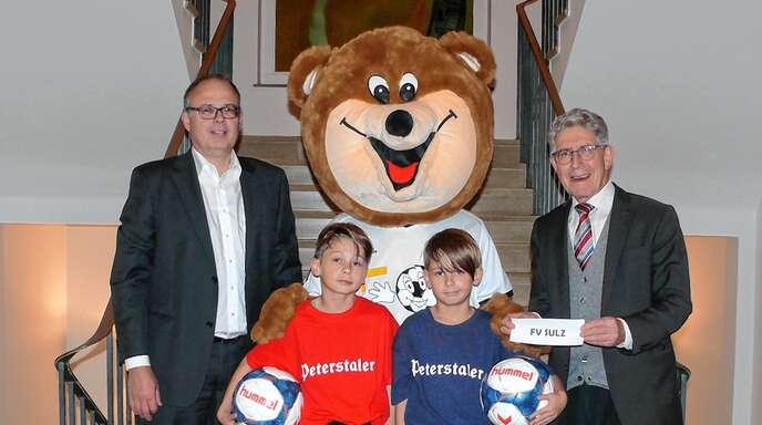 Bei der Auslosung im vergangenen November im Rathaus Lahr waren (von links) Stefan Wölfle, Jugendleiter des SC Lahr, die D-Jugendspieler Francesco und Alessandro Tolu sowie Oberbürgermeister Wolfgang G. Müller dabei.