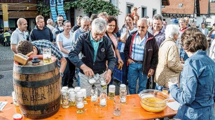 2019 wird in Zusenhofen kein Dorffest gefeiert. Eröffnet wurde es in den vergangenen Jahren traditionell mit dem Fassanstich, wie hier im Jahr 2016.