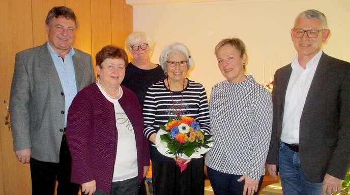 15 Jahre Mittwoch-Treff: Manfred Roth (von links), Waltraud Huber und Cornelia Frese gratulierten Gerda Fischer zusammen mit Ulrike Kaufeisen-Lang und Oppenaus Bürgermeister Uwe Gaiser.