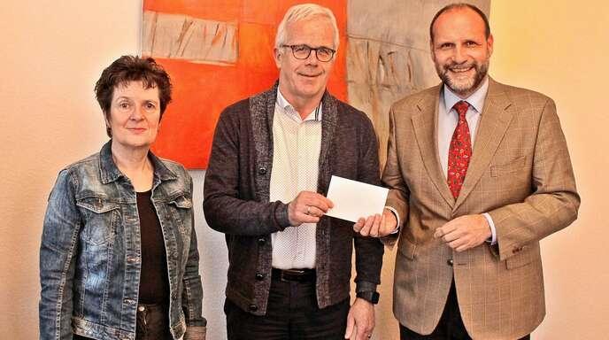 Spendenübergabe (von links): Martina Stahl, Hans-Peter Vollet, Wolfgang Brucker.