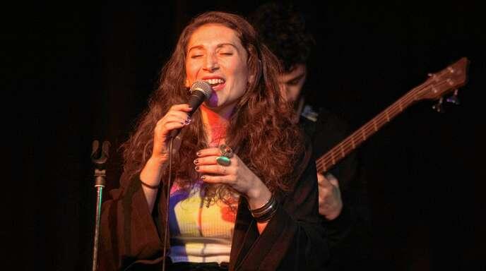 Den Lahrer Musikfreunden ist Rebekka Ziegler vor allem als frühere Frontfrau der »Funk Farmers« in Erinnerung. Am Samstagabend hat die mittlerweile in Köln studierende Sängerin zum zweiten Mal mit ihrer Band »Salomea« im Stiftsschaffneikeller gastiert.