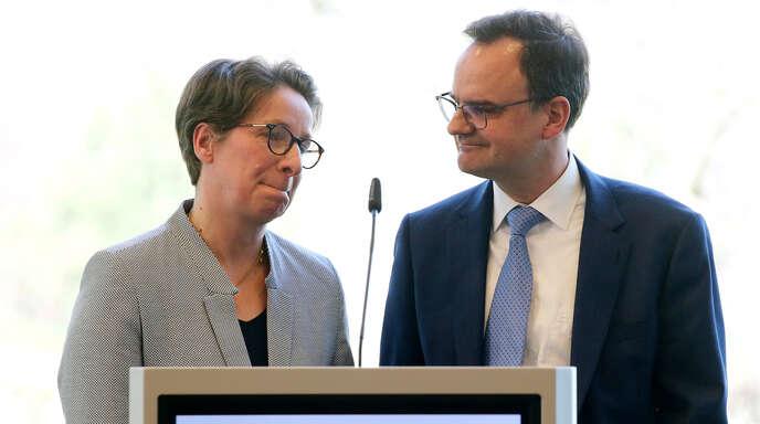 Die Eltern der getöteten Freiburger Studentin Maria, Friederike und Clemens Ladenburger, sprechen während der Verleihung den Bürgerpreises der deutschen Zeitungen. Sie sind die diesjährigen Preisträger.