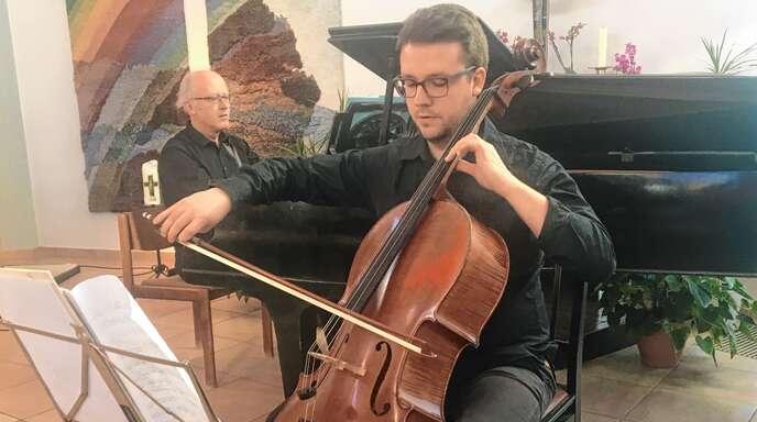 Manfred Kratzer (Klavier) und Lukas Frind (Violoncello) spielten Sonaten von Schubert und Grieg.