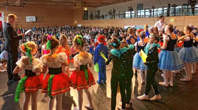 Ein buntes Programm und herausragende Leistungen boten die über 600 Tänzerinnen und Tänzer beim Qualifikationswettbewerb in der Freihofhalle in Waltersweier.