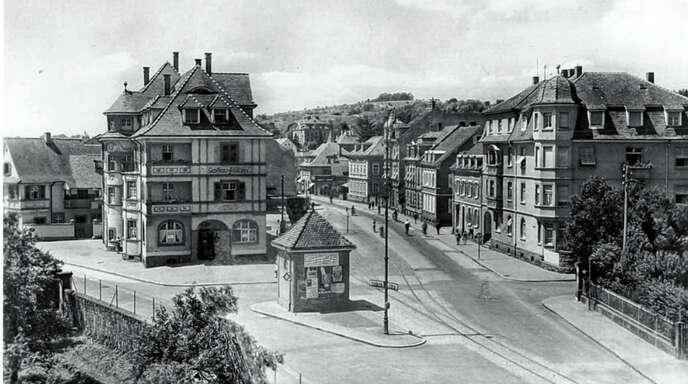 »Alt-Lahr in Bildern« (1):Nach einem Brand im Jahr 1911 wurde das Gasthaus »Schlüssel« neuer und moderner wieder aufgebaut. Seit dem Jahr 1888 gab es im Haus auch eine Metzgerei. Belebt wurde die Gaststätte durch die Einrichtung eines Bahnhofes in der Friedrichstraße. Am 22. September 1894 fand die Jungfernfahrt der Lahrer Straßenbahn, die von Ottenheim bis nach Seelbach fuhr, statt. Aufgrund des aufkommenden Omnisbusverkehrs wurde die Strecke, die unmittelbar am »Schlüssel« vorbeiführte, im Jahr 1952 eing