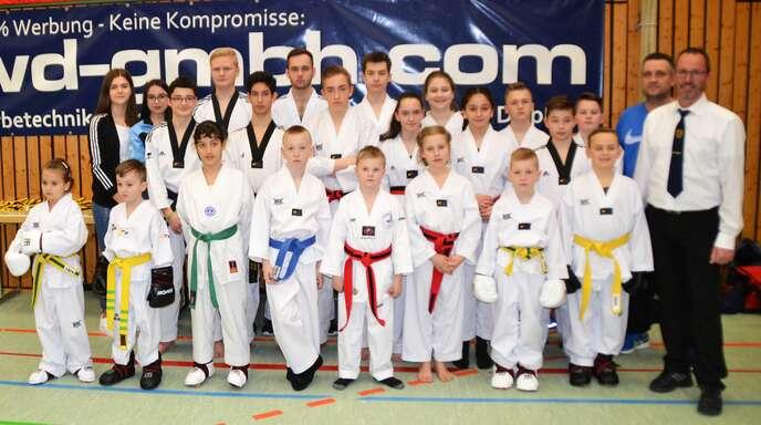 Patrick Klebach (vordere Reihe rechts) freute sich mit den erfolgreichen Teilnehmern der internationalen baden-württembergischen Taekwondo-Meisterschaften in Elgersweier.