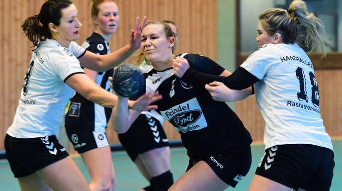 Theresa Günther (r.) steuerte vier Tore zum Erfolg der Frauen des TuS Ottenheim bei.