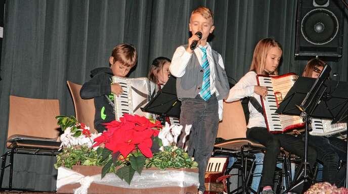 Höhepunkt im Vereinsjahr der Harmonika-Freunde Oberkirch ist das Jahreskonzert in der Erwin-Braun-Halle, bei dem die Musiker ihr Können unter Beweis stellen. Das Foto zeigt den Nachwuchs vom »Popcordion« als Sprecher, Sänger und Akkordeonspieler