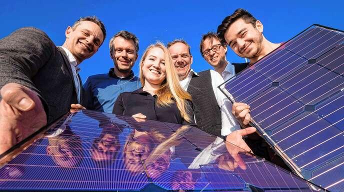 Daniel Kray, Christian Kloeffer, Tanja Nass, Bernhard Denne, Wolfgang Bessler, Mert Isik (von links) zeigen eine Solarzelle für eines der Tuk-Tuks.