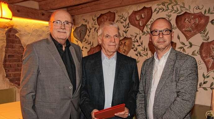 Walter Caroli und der Ortsvereinsvorsitzende Mark Rinderspacher (rechts) ehren Jürgn Walter (Mitte) für seine 50-jährige Mitgliedschaft bei der SPD Lahr.