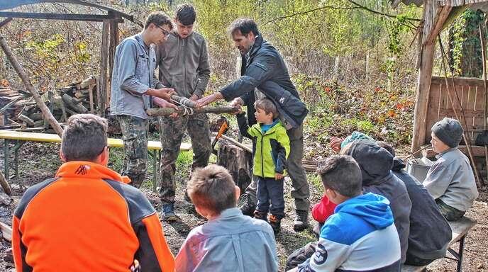 Knoten-Kunde ist ein wichtiger Punkt bei den Waldläufer-Treffen. Auch dieses Mal wurden verschiedene Varianten gezeigt.