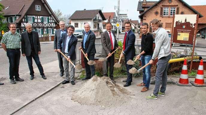 Die umfassendste Infrastrukturmaßnahme in Sasbach seit Jahrzehnten kann beginnen, der Spatenstich ist vollzogen, von links Rolf Hauser, Roland Geßler, Leiter des Straßenbauamts im Ortenaukreis, Landrat Frank Scherer, Bürgermeister Gregor Bühler, Alois Huber und Andreas Kienzler.