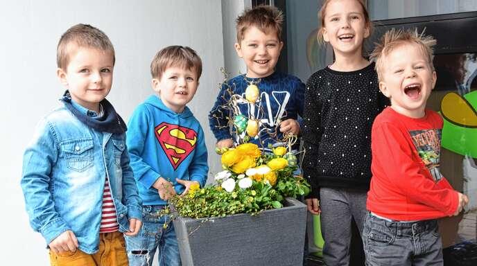 Die Kindergartenkinder Carl, Mailo, Eduardo, Johanna und Jannik freuen sich schon sehr darauf, morgen auf Ostergeschenkesuche zu gehen.