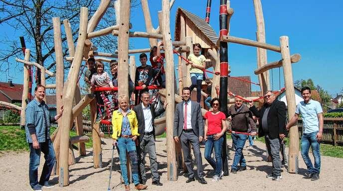 Der neu gestaltete Kinderspielplatz »Rödermatt« ist ein Anziehungspunkt für Kinder und Eltern. Bürgermeister Christoph Lipps lobte das gelungene Projekt als ein Gemeinschaftswerk aller Beteiligten, die die Ausführung auch durch Arbeitseinsätze und mit Arbeitsgeräten unterstützt haben.
