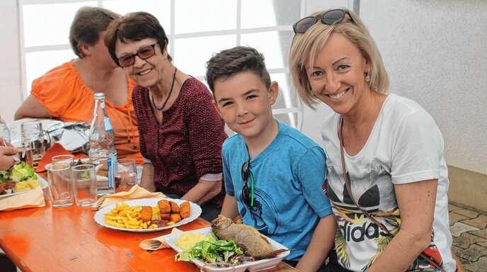 Gäste wie (von rechts) Antje Bayer mit Sohn Max und Oma Inge ließen sich in Meißenheim den Fisch schmecken.
