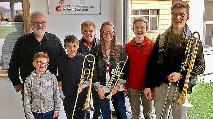 Für ihre musikalische Leistung belohnt wurden (von links) Simon Dilger, Hansjörg Stürzel (Bläserklasse), Benedikt Kasper, Reinhard Hauser (Klavierklasse), Jasmin Neuberger, Raphael Laufkötter und Leon Tuschla.