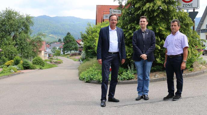 Bereits vor einem Jahr überzeugten sich (von links) OB Matthias Braun, Fachbereichsleiter Frank Niegeloh und Ödsbachs Ortsvorsteher Karl Gieringer von der Möglichkeit, Tempo 30 auf der Alm auszuweisen.