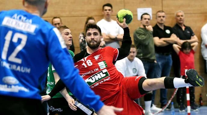 Felix Zipf war der Mann für die wichtigen TuS-Tore. Da staunt im Hintergrund auch Frederik Simak, Ortenauer in Diensten von Handball-Bundesligist Füchse Berlin.
