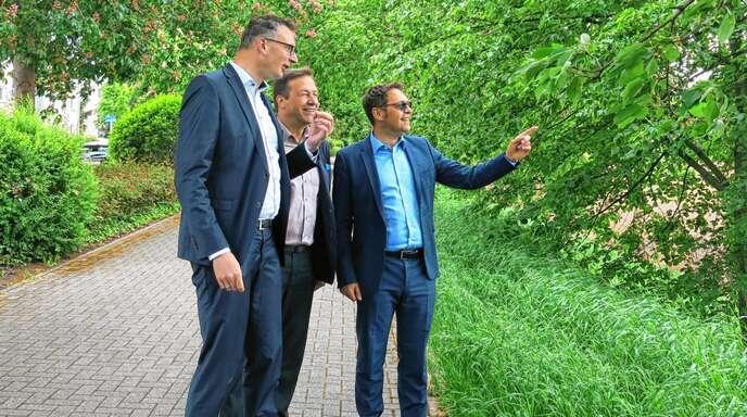 Die Landtagsabgeordneten Andreas Schwarz und Thomas Marwein ließen sich von OB Klaus Muttach das Brachfeld zeigen.