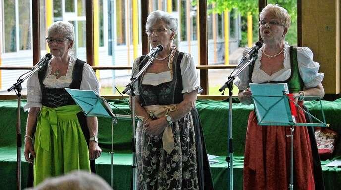 »Die singenden Hausfrauen von Friesenheim« mit Ella Rottler (von links), Lilo Schwendemann und Dorothea Kuchar bereicherten den Seniorennachmittag.