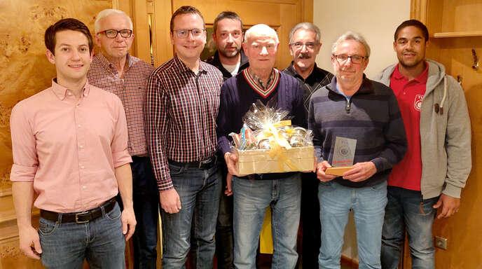 Der stellvertretende Abteilungsleiter Andreas Huber (von links) konnte Werner Decker ehren zusammen mit Abteilungsleiter Klaus Schmiederer, Georg Braun, Karl-Heinz Wagner, Lothar Huber, Ralf Kassner, stellvertretender Abteilungsleiter Marius Huber.