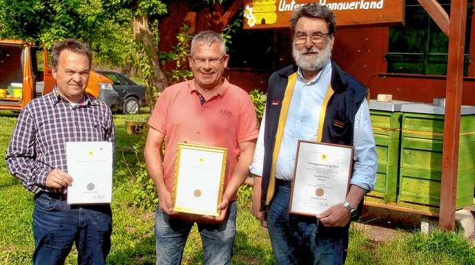 Die erfolgreichen Imker (von links) Andreas Fien, Michael Timm und Engelbert Braun vom Imkerverein Unteres Hanauerland erhielten beim Badischen Imkertag in Konstanz hohe Auszeichnungen für ihren Honig.