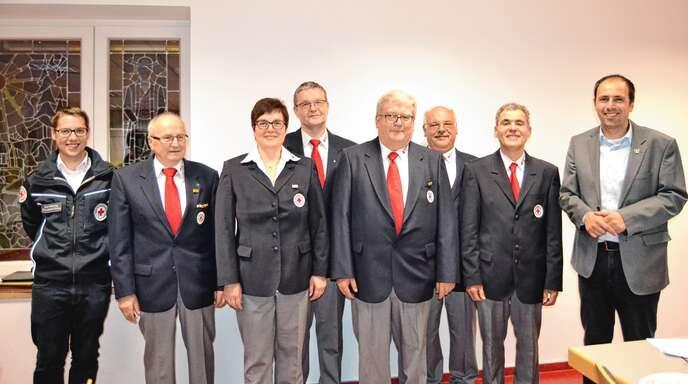 Von links: Kreisbereitschaftsleiter Florian Hebding, Helmut Braun, Ulrike Huber, Albrecht Huber, Martin Armbruster, Julius Zimmermann, Vorsitzender Herbert Müller sowie Bürgermeister und Kreisvorsitzender Meinrad Baumann.