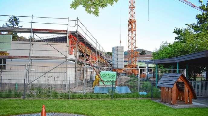 Die Wände stehen, das Dach ist in Arbeit: Den Kindergartenneubau für 3,5 Millionen Euro beschäftigte am Dienstag erneut den Gemeinderat in Lauf.