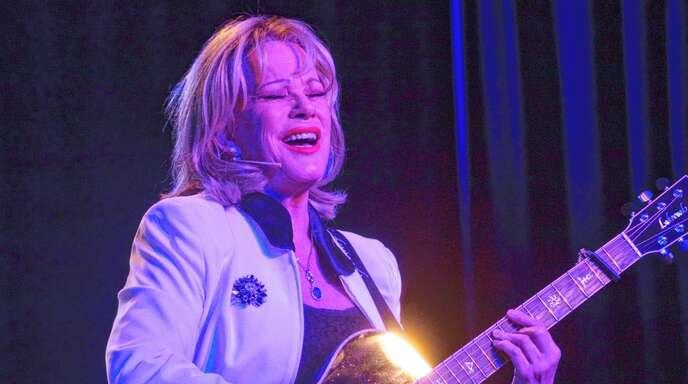 Knallhart, aber mit Charme: Lisa Fitz trug ihre Sicht der Dinge beim Gastspiel in Achern auch in Form von Liedern vor.