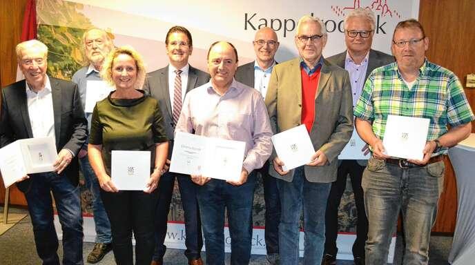 Bürgermeister Stefan Hattenbach (Vierter von links) ehrte Günther Gallwitz, Erich Laber, Karin Hättig, Manfred Lamm, Markus Vogel, Ludwig Kohler, Armin Ossola und Rupert Bäuerle (von links).