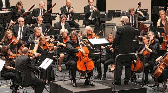 Orchestrale Feinkost bot die Philharmonie am Forum bei ihrem Sinfoniekonzert. Cellist Andrej Melik (Mitte) glänzte mit einem seiner Lieblingsstücke.