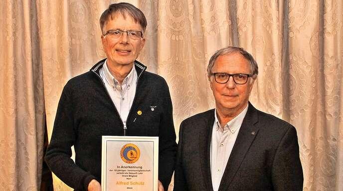 Alfred Schütz (links) erhält für seine 50- jährige Mitgliedschaft in der Skizunft von Helmut Surbeck eine Urkunde.