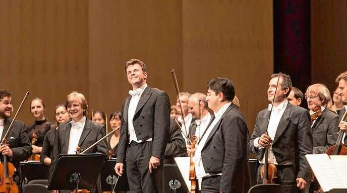 Wurden mit viel Beifall empfangen: Die Bamberger Symphoniker mit ihrem Chefdirigenten Jakub Hruša (Mitte).