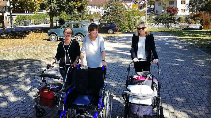 Brunhilde Rauscher, Hailka Müller und Susanne Droste (von links) waren mit Rollstuhl, Kinderwagen und Rollator unterwegs in Oppenau.