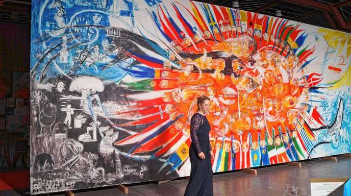 Kunstwerk als Plädoyer für ein vereintes friedvolles Europa: Alina Atlantis vor ihrem Gemälde »Vision Europa«.