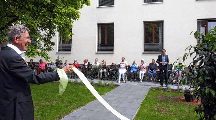 OB Wolfgang G. Müller (links) übergab am Freitag den Spitalgarten seiner Bestimmung.