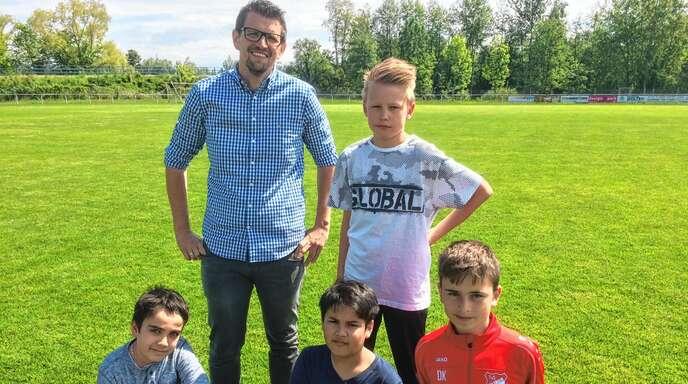 Timo Ehret und diese fußballbegeisterten Jungs fiebern den Finalspielen entgegen.