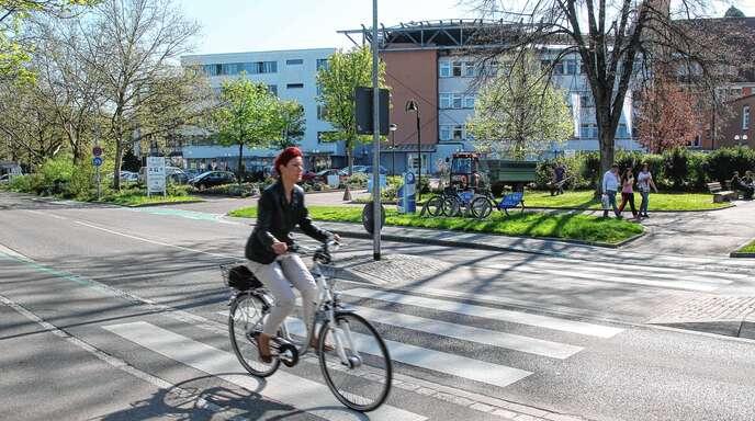 Für die Bushaltestellen beim Ortenau-Klinikum in der Moltkestraße wünscht sich Grünen-Stadtrat Stefan Böhm Wartehäuschen.