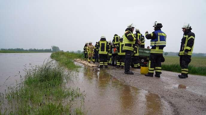 Feuerwehren aus der gesamten Ortenau sind im Raum Achern damit beschäftigt, Schäden wegen des Hochwassers zu verhindern.