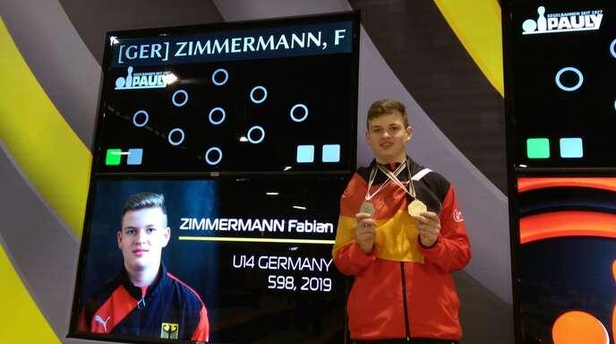Fabian Zimmermann stolz vor der Kegelanzeige. Mit Gold und Silber ging es wieder zurück in den Schwarzwald.