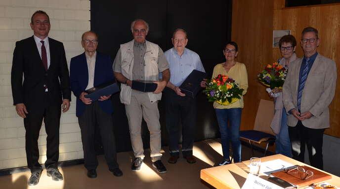 Einige Ehrungen gab es in der Hauptversammlung der Offenburger Baugenossenschaft. Auf dem Foto zu sehen sind die Geehrten mit Geschäftsführer Markus Kohler (links) und dem Aufsichtsratsvorsitzenden Reinhard Männle (rechts).