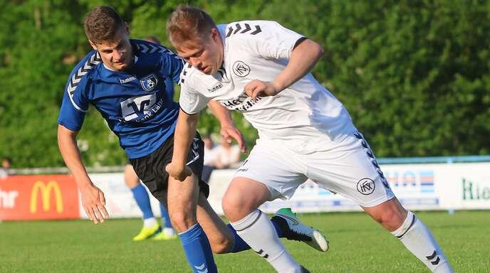 Torschütze Felix Weingart (r.), hier im Duell mit Christian Neumaier, gewann mit dem Kehler FV das Derby in Lahr.