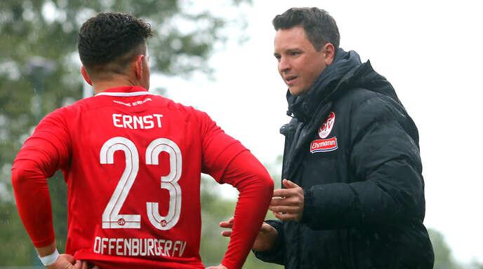 OFV-Trainer Florian Kneuker (r.) hofft, dass Luca Ernst am Sonntag in Auggen auflaufen kann.