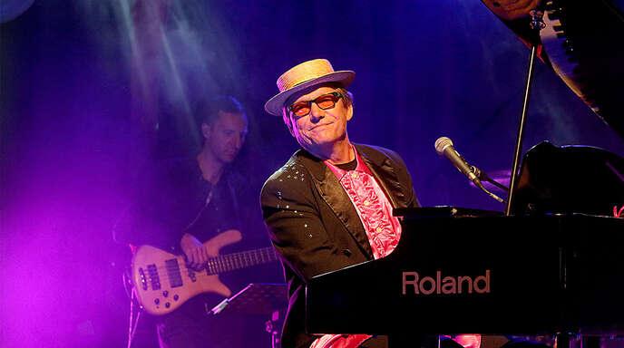 Strohhut und Rüschenhemd: Andreas Schulte zollt Elton John Tribut.